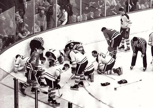 Blackhawks and Maple Leafs looking for a contact lens, 1962