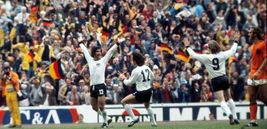 Bildnummer: 10400254  Datum: 07.07.1974  Copyright: imago/Colorsport Football - 07/07/1974. West Germany v Holland. 1974 World Cup Final; Munich Gerd Muller (West Germany) celebrates scoring the winning goal. PUBLICATIONxNOTxINxUK ; Fussball WM Nationalteam Länderspiel Finale BRD Deutschland Niederlande x0x xsk 1974 quer Aufmacher  Image number 10400254 date 07 07 1974 Copyright imago Color Sports Football 07 07 1974 West Germany v Holland 1974 World Cup Final Munich Gerd Muller West Germany Celebrates Scoring The Winning Goal PUBLICATIONxNOTxINxUK Football World Cup National team international match Final Germany Germany Netherlands x0x xsk 1974 horizontal Highlight
