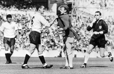 dave-mackay-grabs-billy-bremner-of-leeds-by-his-shirt-in-match-against-tottenham