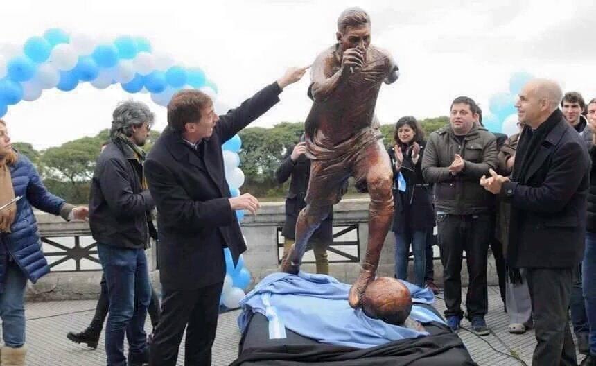 Buenos Aries Messi statue