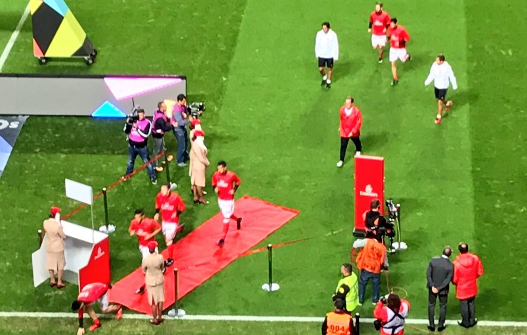 benfica-exit-the-pitch-through-an-emirates-check-in-desk-after-warming-up